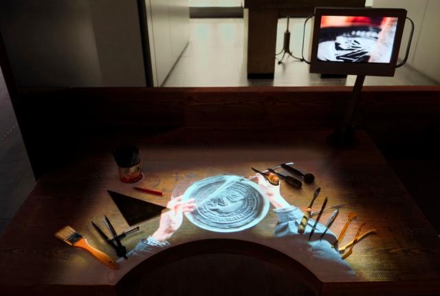 Des projections visuelles permettent de comprendre l'usage des outils en situation. Crédit : Monnaie de Paris / Serge Noël