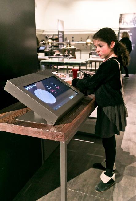 Un mobilier adapté. Crédit : Younh-Ah KIM / Monnaie de Paris