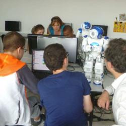 Atelier dans le cadre du projet Rob'autisme. Crédit : association Robot!