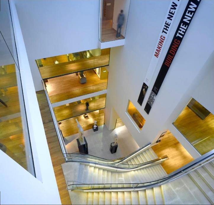 Fig. 7. Le musée Ashmolean après les travaux : vue du nouvel atrium principal et des escaliers.