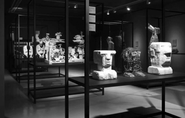 Fig. 18. Sculpture gallery of the exhibition Mundo Extreme. The rows of identical, unglazed cabinets were an abstraction of traditional museum cabinets.18