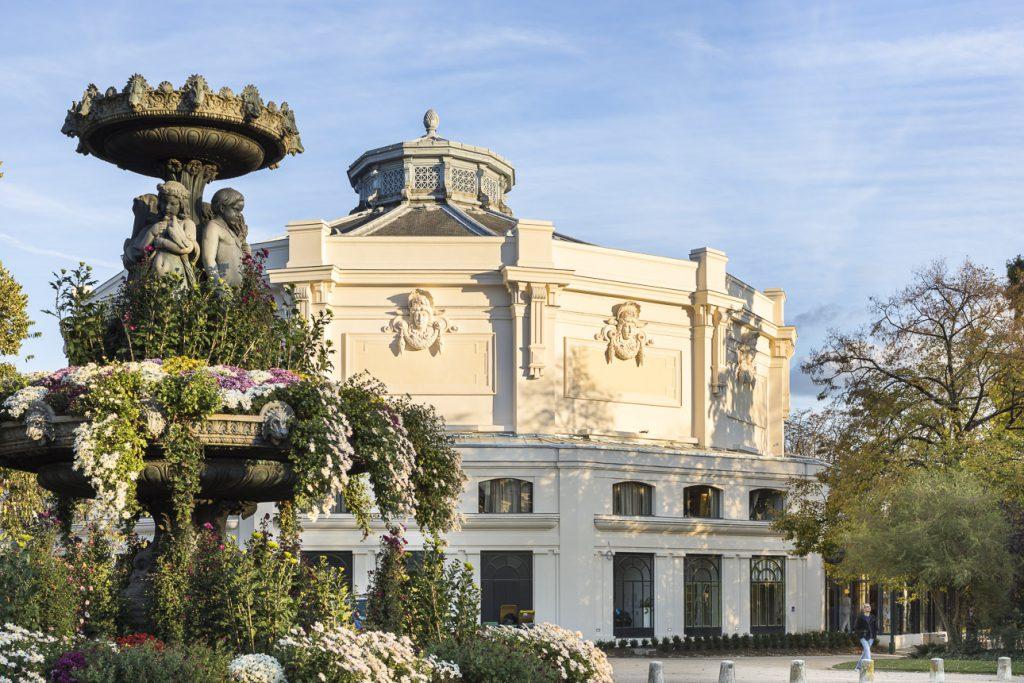 Vue du théâtre Marigny depuis l'espace public. Crédit photographique : Sergio Grazia