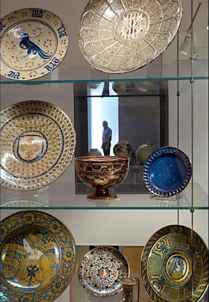 Fig. 8. Le musée Ashmolean après les travaux : vue à travers une vitrine double face encastrée dans un mur qui invite des associations interculturelles entre les contenus des différentes galeries.