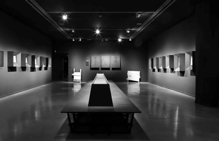 Fig. 17. Drawings gallery of the exhibition Mundo Extreme. A central bench invited seated contemplation of works set in deep frames inspired by religious display techniques.17