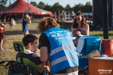 Les bénévoles accompagnant les personnes en situation de handicap. Crédit photographique : Au Foin De Le Rue.