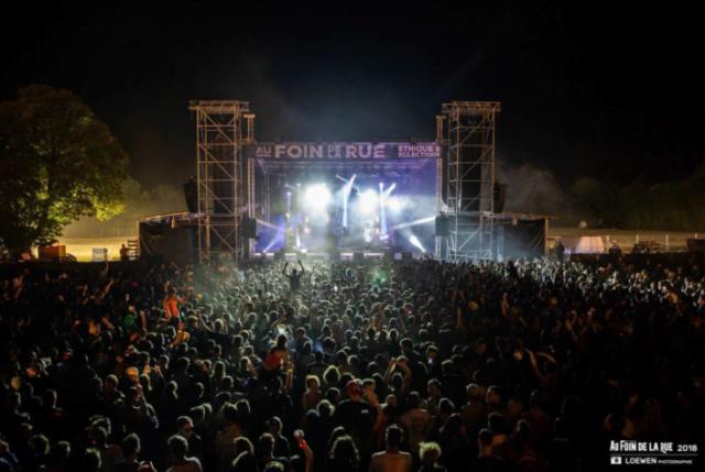 Vue d'un concert sur l'une des scènes en plein air. Crédit photographique : Au Foin De Le Rue.