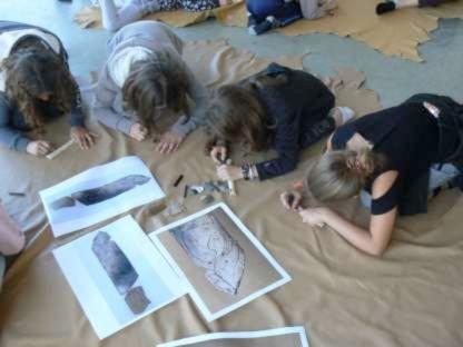 Ateliers de médiation participative avec un groupe scolaire. Crédit photographique : Musée de l'Aurignacien.